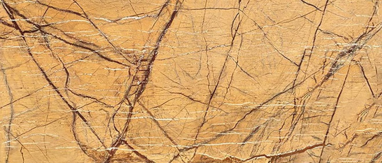 Le Rain Forest Gold est une magnifique pierre aux tonalités dorées qui réchauffe élégamment une décoration - Marbre Import