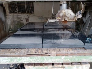 Découpe de carreaux de marbre noir marquina en usine- Marbre Import