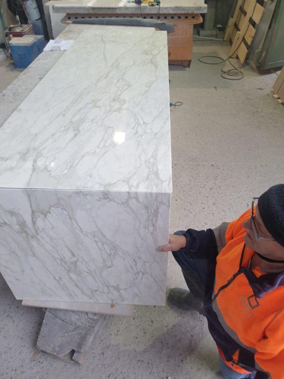 Pied de table en marbre calacatta