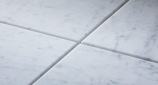 Marbre Import - Comment bien poser du marbre ? Tous nos conseils d'expert pour la préparation du sol, la découpe, l'encollage des carreaux de marbre et la réalisation du joint marbrier.